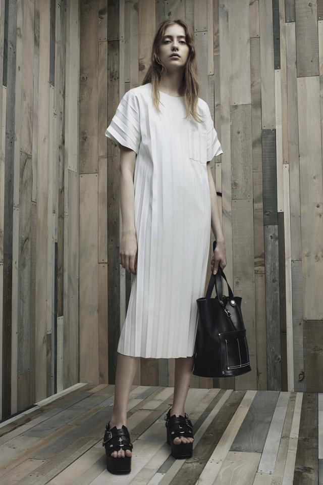 Hosszított fehér pólóruha Alexander Wang kollekciójában.