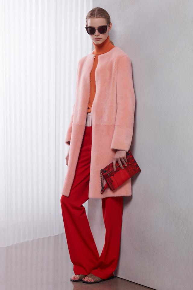 Pirossal és narancssárgával hordjuk majd a pasztell színű szőrme kabátot a Bottega Veneta szerint.