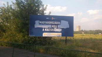 Eddig 85 bevándorlós plakátot rongáltak meg