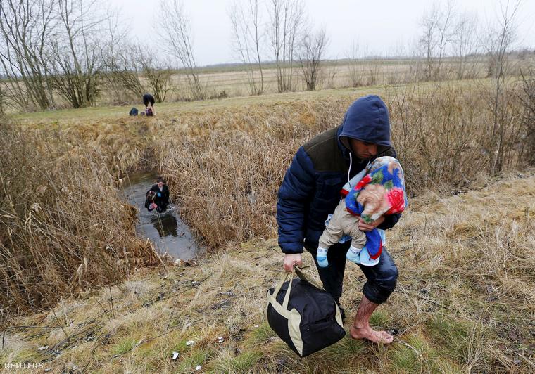 Koszovói férfi kel át a gyermekével a zöldhatáron Szerbiából Magyarországra. (2015. február)