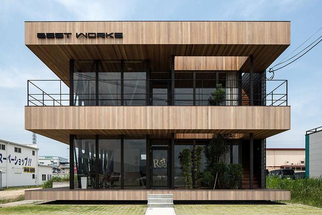 Elszenesedett fa panelekből, vörös cédrusból (más néven óriás tuja) és üvegből építette meg a Hamada Design tervezőcsapata azt az irodaházat és a benne található szépségszalont, ami Tokió egyik legnagyobb ipari területén, a fővárostól északra, Kogában található.