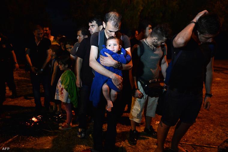 Menekültek szállnak partra Görögországban