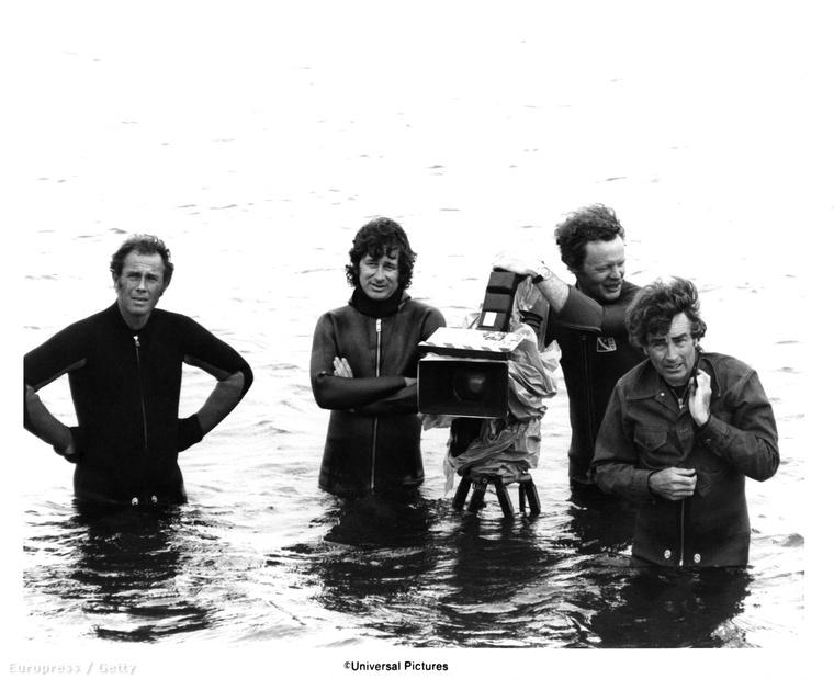 Elátkozott tengerparti forgatás, középen a búvárruhás Spielberggel