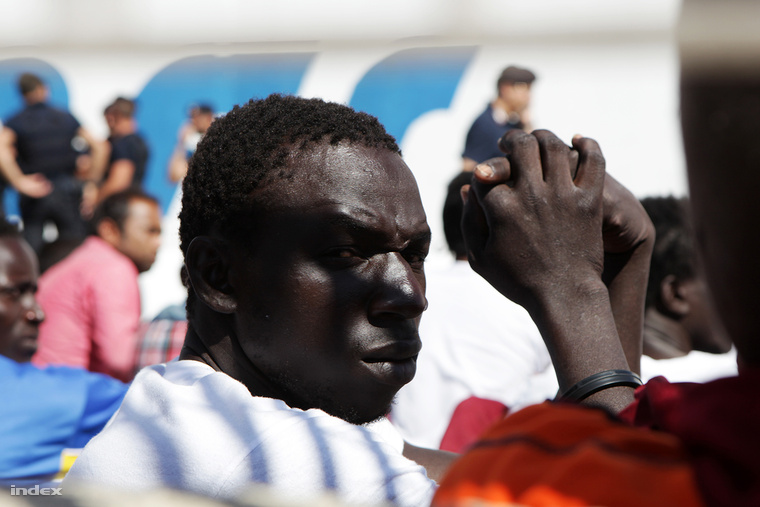 A sziget táborából a menekülteket Szicíliára szállítják