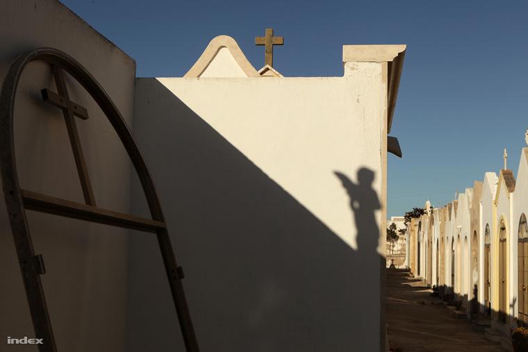 A falu temetője. Sokan átadták a saját sírhelyüket a szerencsétlenül járt menekülteknek