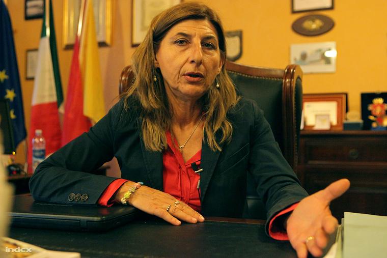 A sziget polgármestere, Giusi Nicolini szerint segíteniük kell minden emberen, ha európai, ha Afrikából érkezett