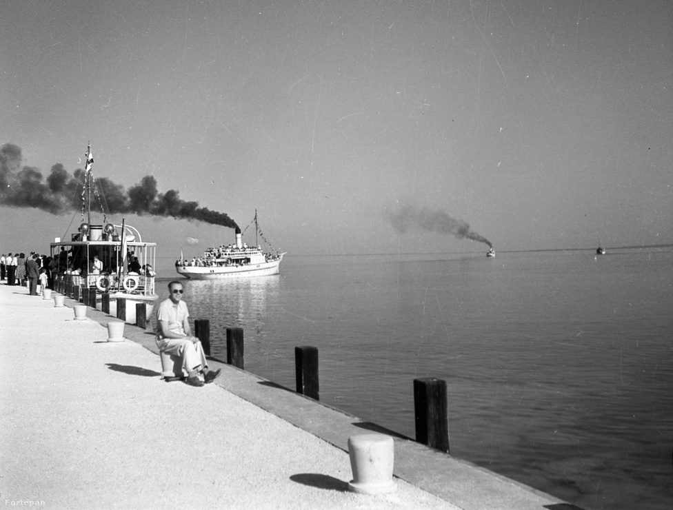 A balatonfüredi hajókikötő volt az első hely a magyar tengeren, ahol komoly hajóépítő üzemet létesítettek, ráadásul már az 1880-as években, amikor a vitorlázás még csak a grófok kiváltsága volt. Az 1886-ban alapított Stefánia Yacht Egylet Hajóépítő Üzeme kezdetben angol mintára tengerjáró vitorláshajókat épített az arisztokrácia és a módosabb polgárság számára. Az üzem a '20-as években Balatoni Yachtépítő Rt. majd IBUSZ Yachtépítő Telep néven futott, 1931-ben viszont összevonták a Balatoni Hajózási RT-vel. A fenti fotó az államosítás előtti évben, 1947-ben készült - ezután a hajóépítő műhely Balatonfüredi Hajógyár, később pedig a Magyar Hajó- és Darugyár Balatonfüredi Gyáregysége néven működött a rendszerváltásig.