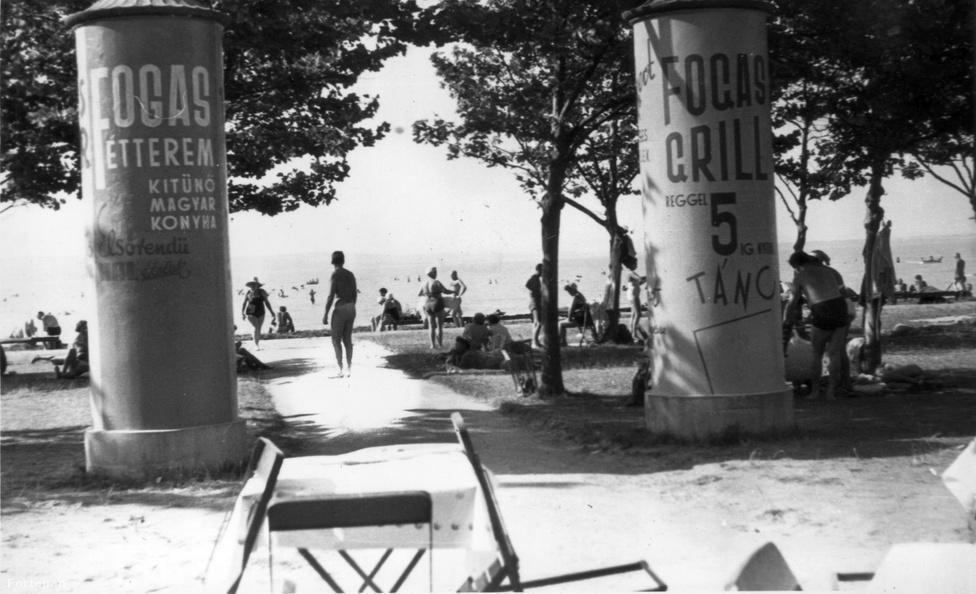 A Balaton déli partja az 1930-as években már egyre inkább hasonlított arra az egybefüggő üdülőövezetre, aminek ma ismerjük. 1938-ra kiépült a balatoni műút, ami megkönnyítette a nyaralni vágyók lejutást Budapestről, a gőzmozdonyokat pedig villanyvasútra cserélték, hogy a saját autóval nem rendelkező, de tehetős polgárcsaládok is gyorsan lejuthassanak a Balatonhoz, ahová ekkor már rendszeres autóbuszjáratok is közlekedtek. A 30-as évekre a partmenti vendégfogadók mindegyike villanyvilágítást kapott, hogy az úri közönség esténként lámpafénynél költhesse el halvacsoráját és rophassa egészen hajnalig.