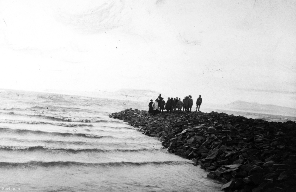 A XIX. században a Balaton partja még egyáltalán nem volt úgy beépítve, amennyire most. Az 1800-as évek derekáig pontosan ugyanúgy zajlott az élet, ahogy a korábbi évszázadokban: a balatoni falvak lakói halásztak, állatokat tenyésztettek és szőlőt termesztetettek, a vitorlázást és az 1846-ban beinduló gőzhajós utazgatást pedig úri huncutságként meghagyták a part környéki vadászkastélyokban mulatozó arisztokratáknak. A fenti kép 1910-ben készült: ekkor még Balatonboglár mólói sem igen épültek ki, mivel a legforgalmasabb kikötők Siófok, Balatonfüred, Balatonalmádi és Keszthely voltak.