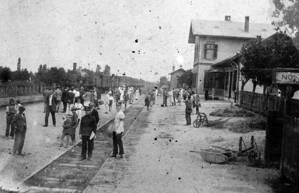 A balatoni települések első igazi fellendülését a dualizmus kori vasútépítési láz hozta el. Igaz, az 1860-as években a Monarchia célja leginkább Buda és az ország tengeri kijárata, Fiume összekötése volt, és a vonalat a Balaton déli partján keresztül látták legcélszerűbbnek kiépíteni a Déli Vasút Társaság mérnökei. Mivel Balatonmárifürdőn is létesült egy megállóhely, 1880-ra egyre többen utaztak ide pihenési szándékkal: megépült az első fürdőház, 1902-ben pedig fürdőegylet is alakult (a fotó 1909-ben készült).