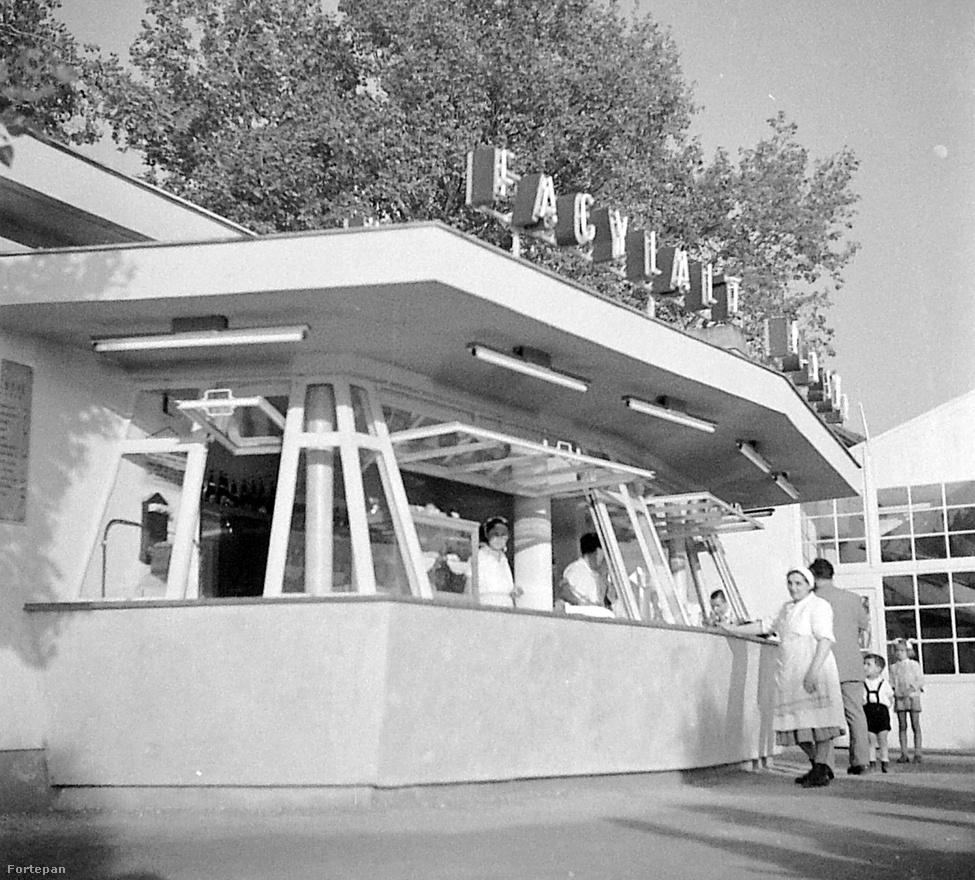 Jellegzetes Utasellátó büfé 1958-ból, Siófokon. Az évtized végétől kezdve a Balaton mindkét partján gombamód szaporodni kezdtek az állami, vállalati és szakszervezeti üdülők. 1958 ráadásul mérföldkőnek számított a balatoni turizmusban: a brüsszeli világkiállításon ugyanis szó szerint zabálták a magyar pavilonban kiállított ételeket és a jó ebédhez szóló cigányzenét. A Belkereskedelmi Minisztériumban ezért úgy döntöttek, 1959-től a Balaton mentén felépített motelekben,a '60-as évektől pedig a többemeletes, szocmodern kockahotelekben fogják várni a valutával fizető külföldi vendégeket.