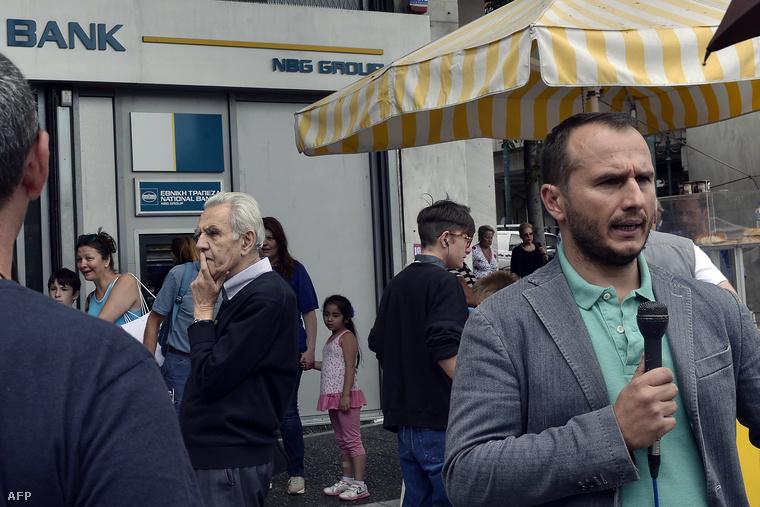 Riporter jelentkezik be egy athéni bankfiók elől, 2015. július 22-én.