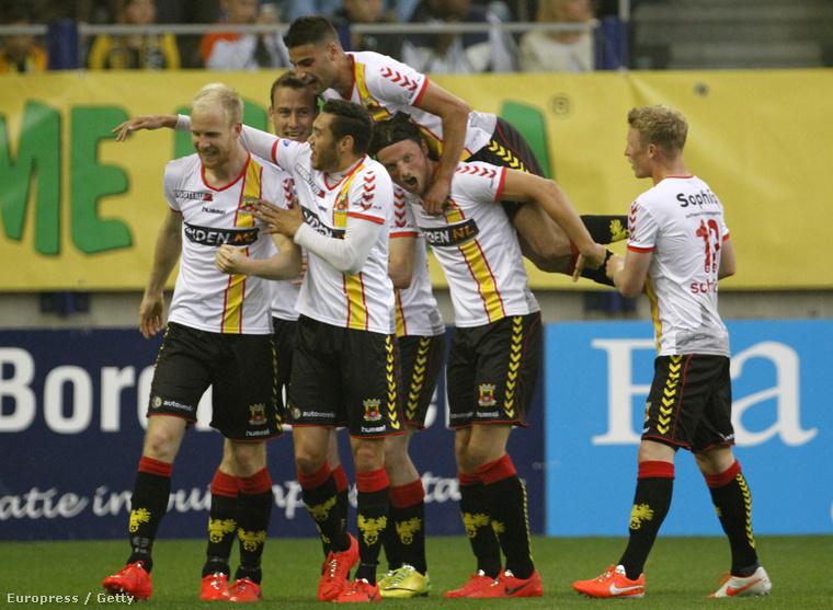 Go Ahead Eagle játékosok ünnepelnek a Vitesse Arnhem elleni meccsen, 2014-ben