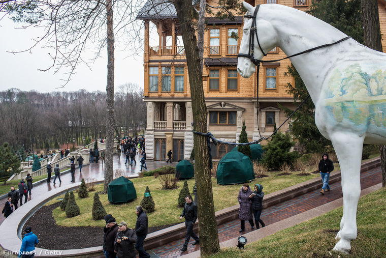 Janukovics villájának udvarán tüntetők sétálnak. Az ukrán elnök 2014. februárjában elhagyta a rezidenciát.