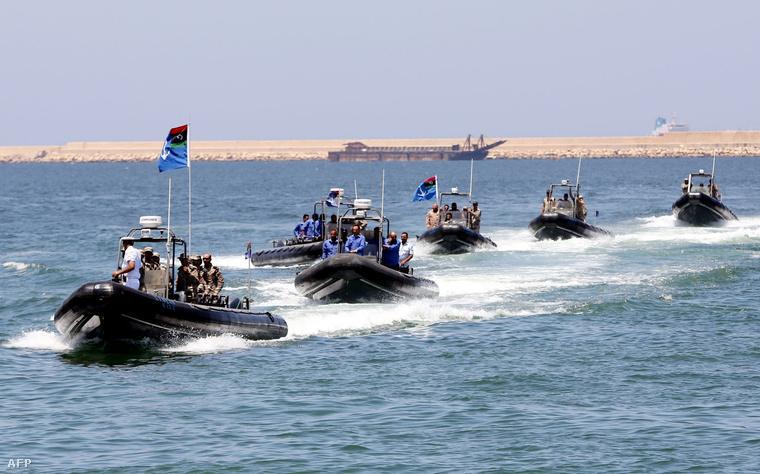 A líbiai partiőrség hajói indulnak őrjáratozni Tripoli mellett