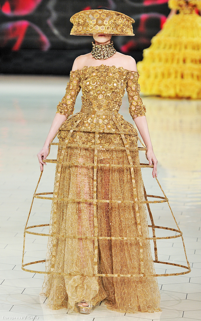 Alexander McQueen 2013-ban a ruha tetejére applikálta a terebélyes abroncsot.