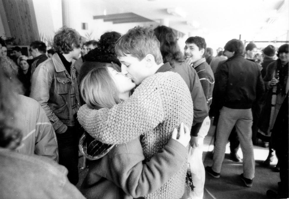 1984: Már csak pár év van hátra a rendszerváltásig, addig igyekezzünk minél többet csókolózni. Majd utána is.