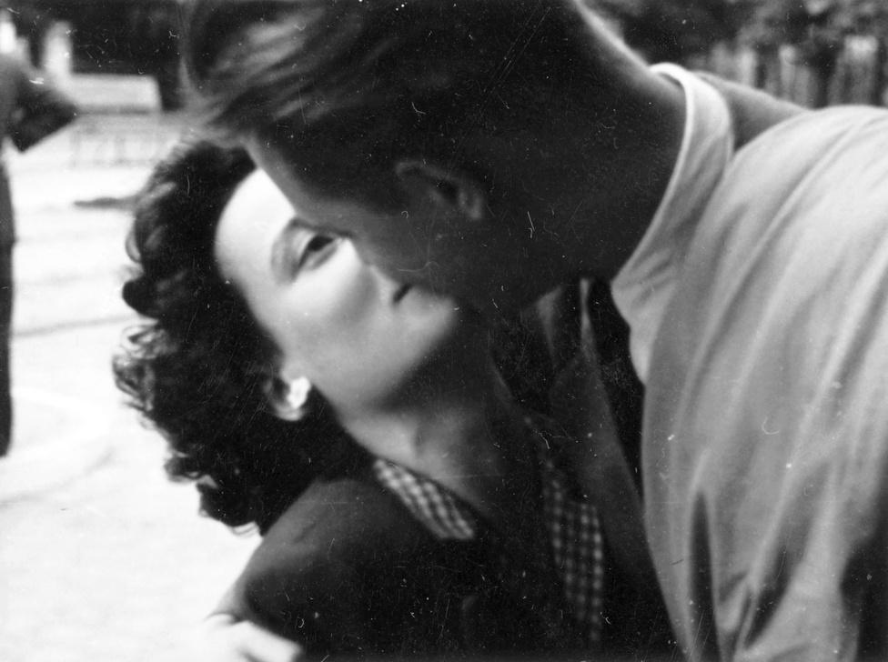 1943: Mióta létezik a csókolózás, van egy íratlan szabály: soha nem nyitjuk ki közben a szemünket!
