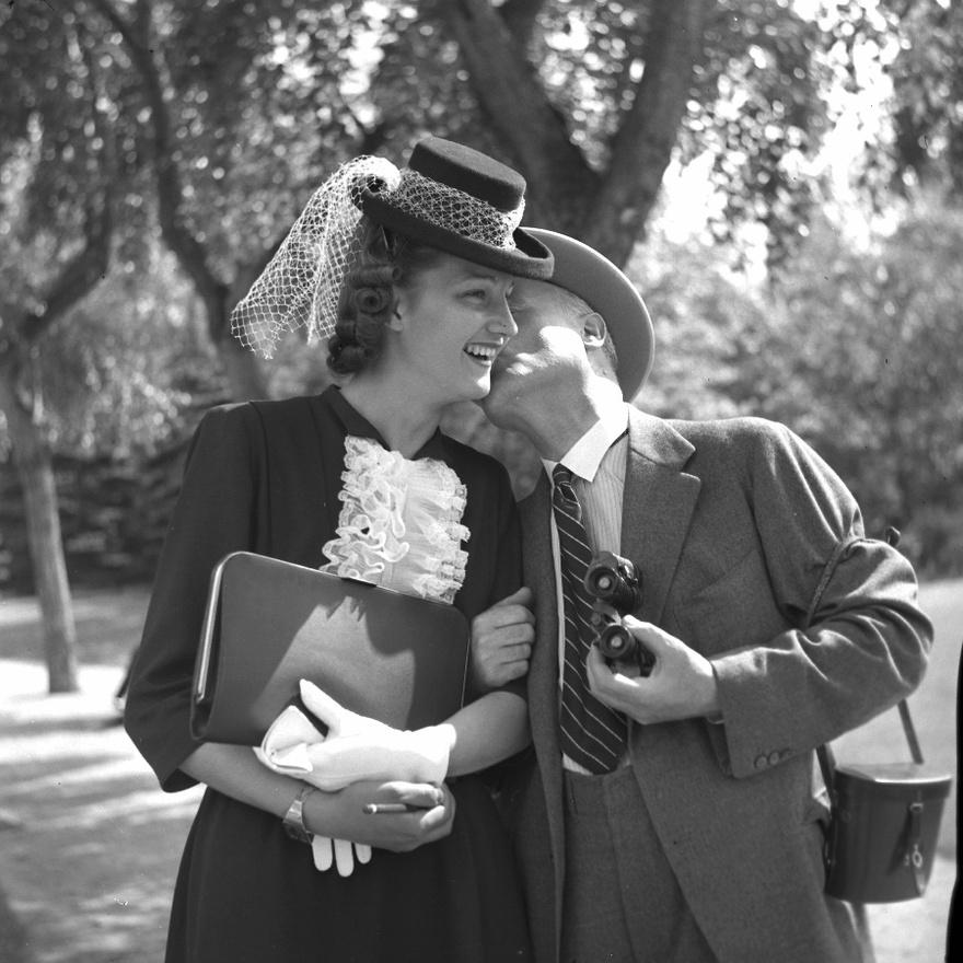 1938: Első ránézésre ez akár egy szimpla szülői puszi is lehetne egy '30-as évekbeli diplomaosztó után.