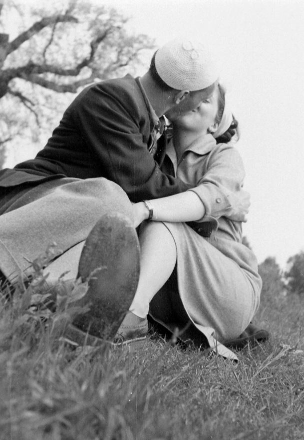 1953: Hol vagyunk még azoktól az időktől, amikor egymás mandulájáig dugdossuk a nyelvünket?!