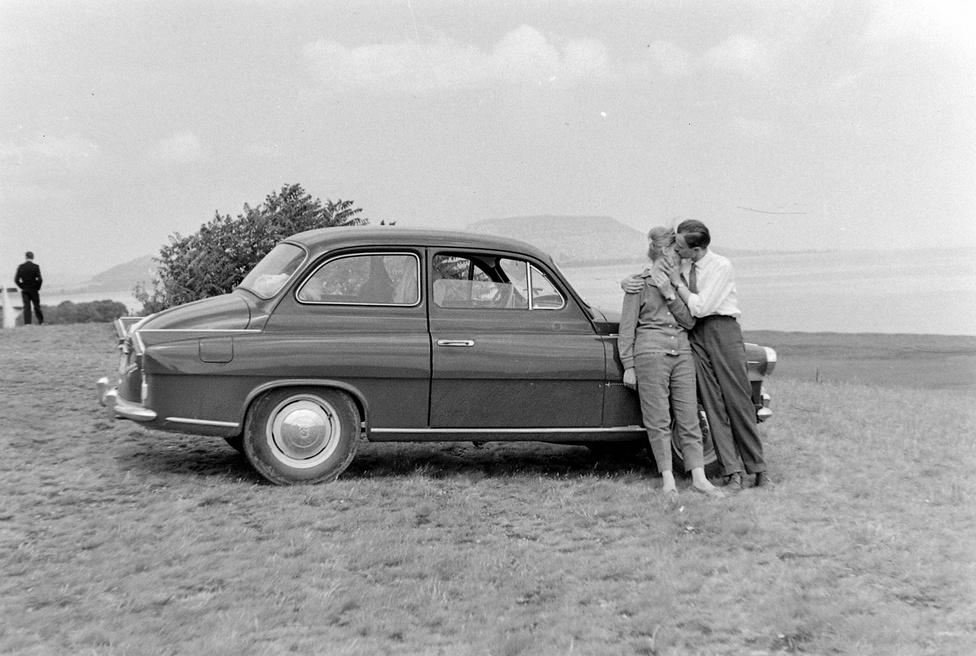 1965: Nem szégyen bevallani, hogy ezen a képen mindenki ezt a gyönyörű Skoda Octavia Supert nézi.