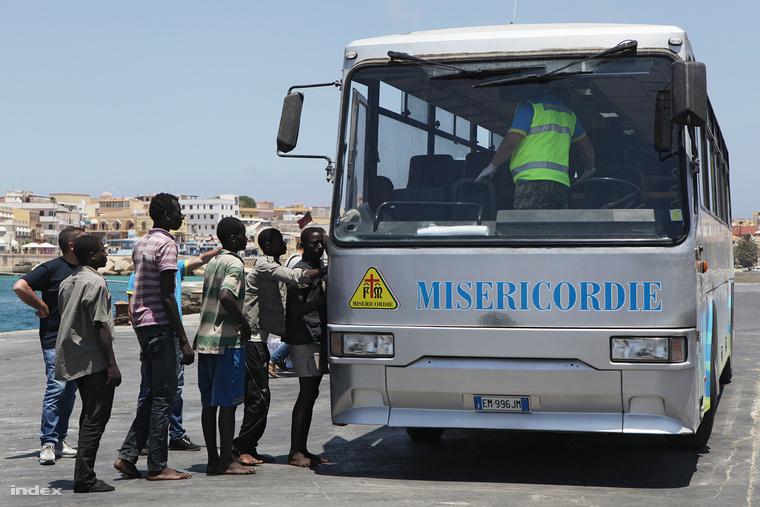 A tengerről kimentett migránsokat a Misericordie táborába szállítják Lampedusán