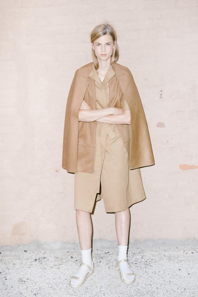 M.Patmos szerint továbbra is divatban marad a normcore stílus, aminek köszönhetően zokniban és papucsban járunk majd.