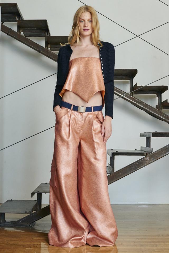 Rosie Assoulin lazac színben dobná piacra a rapper nadrágot.