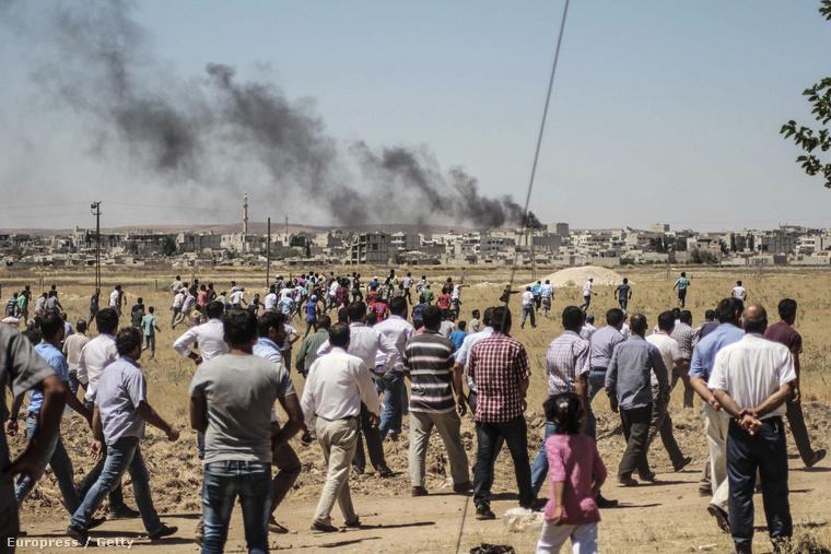 A mai támadás füstjét figyelik a városból kimenekült helyiek