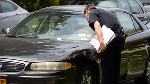 Holtan ült a kocsijában, parkolási birságot kapott