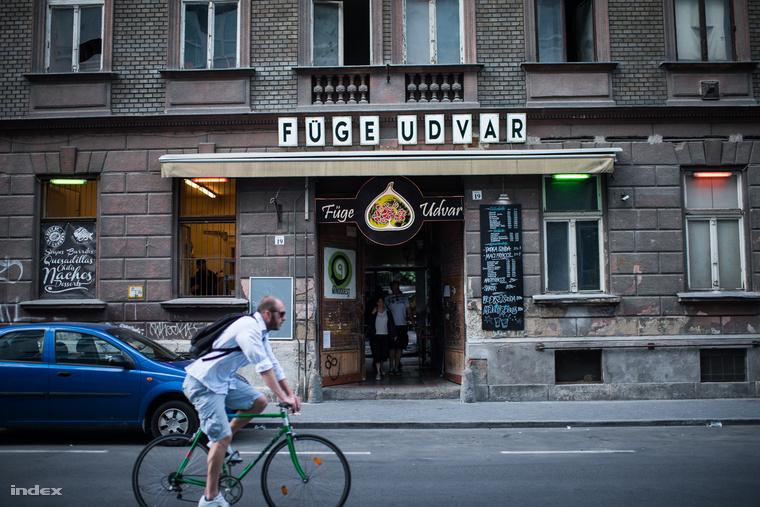 A Füge Udvar nem sokban különbözik a többi romkocsmától, hangulatában mégis kiemelkedik legjobbkocsma.hu-hálózat többi tagjától.