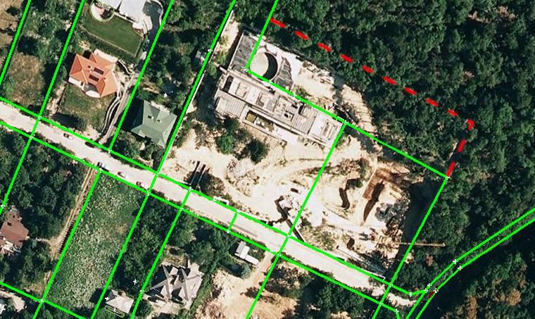 A piros vonal a kerítés hozzávetőleges helyét, a zöld az ingatlannyilvántartásban levő telekhatárokat jelöli. A képre kattintva nagyobb méretben is megnézhetők a telekhatárok. A Google Earthben megtekinthető telekkoordinátákat tartalmazó fájl (kmz) innen tölthető le. (Forrás: Budapest Főváros Kormányhivatalának Földhivatala, Google Earth)