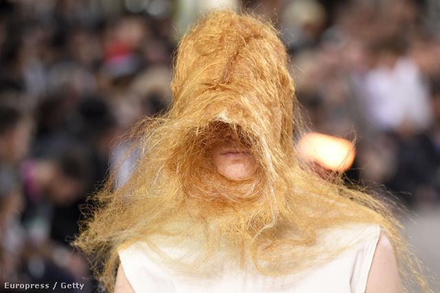 2015.06.25., Párizs: Rick Owens 2016 tavaszi-nyári férfi kollekció. Főleg, hogy ilyen fantáziadús frizurákat kaptak a modellek.