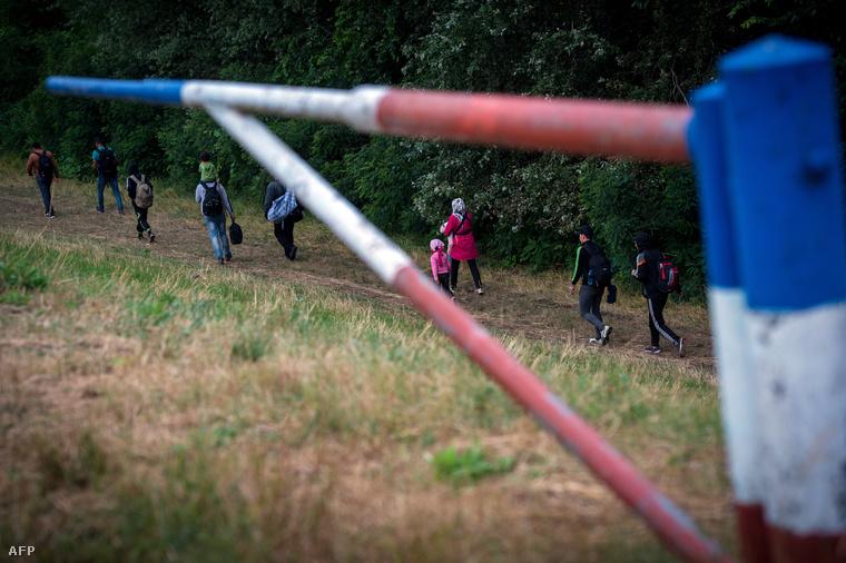 Menekültek egy töltés aljában a szerb-magyar határnál.