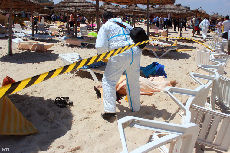 Holttest mellett nyomoz egy rendőr a szúszai strandon