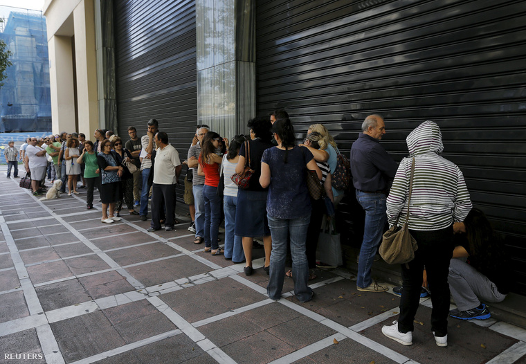 Sorbanállás a Pireus Bank bejárata előtt Athénban, 2015. július 27-én. Helyi idő szerint 10:30-kor ki kellett volna nyitnia a fiókoknak, de egyelőre zárva maradtak, egyre többen várakoznak arra, hogy készpénzt tudjanak felvenni.