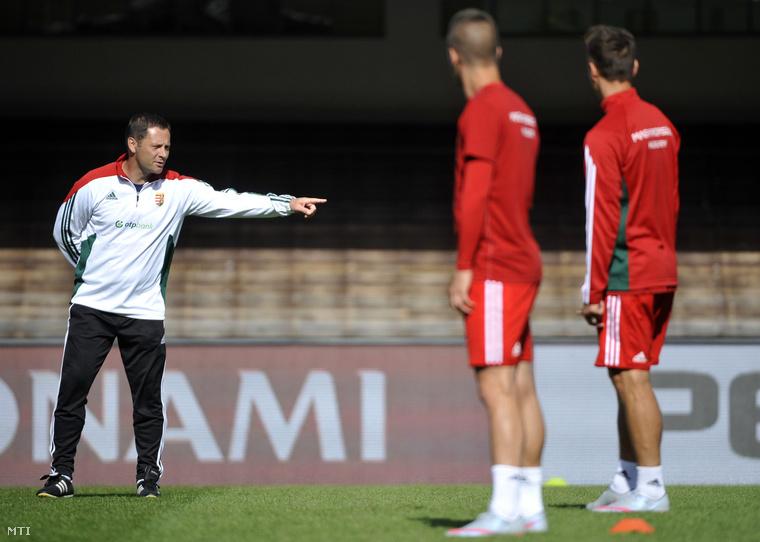 Dárdai Pál szövetségi kapitány a magyar labdarúgó-válogatott edzésén a helsinki Olimpiai Stadionban 2015. június 12-én.