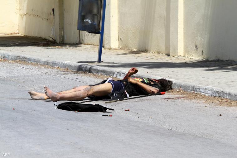 A merénylő holtteste a hotel előtt