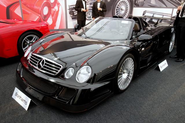 Összesen nyolc kilométer volt ebben a Mercedes-Benz CLK GTR Roadsterben, amit a licitálók izgalma egészen 1,5 millió fontig, azaz 660 millió forintig tolt fel