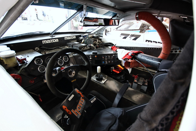 Amilyen high-tech gyártó a Mazda, annyira diesel-punk az RX-7 GTO vezetőfülkéje. Egyáltalán, autó ez?