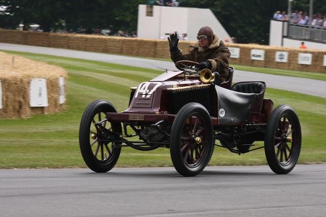 1902-ben Marcel Renault konkrétan ezzel a darab vassal nyerte meg a Párizs-Bécs versenyt. A Renault Type K motorja parányi volt a tíz liter körüli ellenfelekéhez képest: csak 3,8 liter
