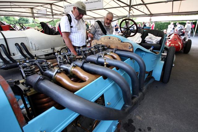 Naná, hogy négyhengeres a Mors motorja, egyébként 120 lóerős, azaz egy liter nem egészen 10 lóerőt tud