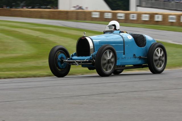 Bugatti Type 35B 1927-ből. Motorja sornyolcas, 2,3 literes, kompresszoros és 138 lóerőt tud