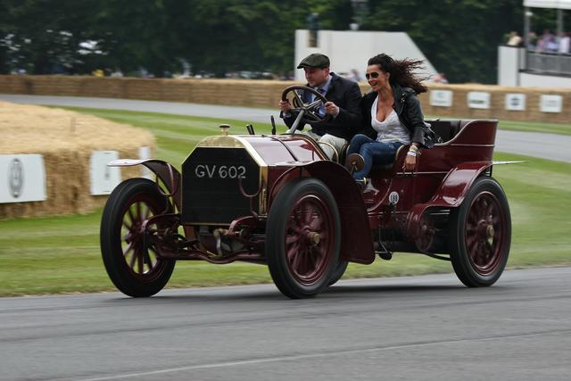 A Mercedes 35HP versenyautó volt a világ első, klasszikus, orrmotoros, hátsókerékhajtásos, orrhűtős, hátul utasteres, H-sémás váltós autója. A 60HP annak a kicsit későbbi luxusváltozata volt