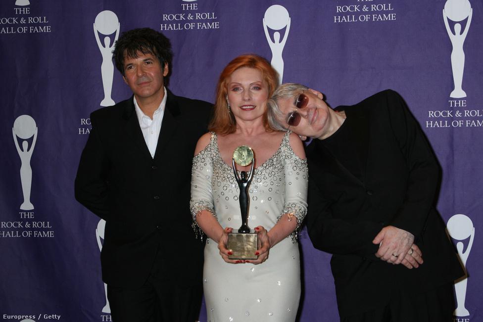 A Blondie-t valamivel több mint harminc évvel a megalakulása után, 2006-ban beiktatták a Rock and Roll Hall of Fame-be. Ugyanebben az évben került be a rock legnagyobbjai közé a Black Sabbath, a Sex Pistols, Miles Davis és a Lynyrd Skynyrd is. A képen a Blondie tagjai, vagyis Clem Burke, Debbie Harry és Chris Stein láthatóak.