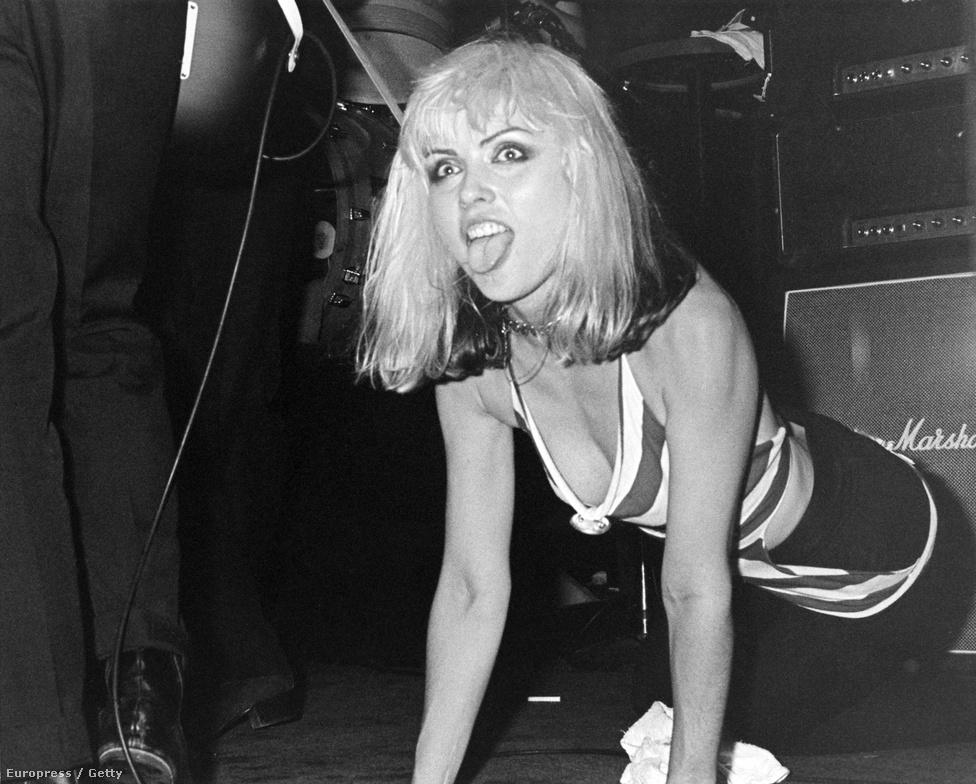 A Blondie-t akkori barátjával, Chris Steinnal alapították 1974 októberében. A név onnan jött, hogy Harry után gyakran füttyögtek a férfiak – főleg a kamionsofőrök –, és előszeretettel hívogatták Szőkeségnek. A zenekar viszonylag hamar népszerű lett a New York-i zenei életben, és gyakran játszottak a város olyan menő klubjaiban, mint a Max's Kansas City és a CBGB.