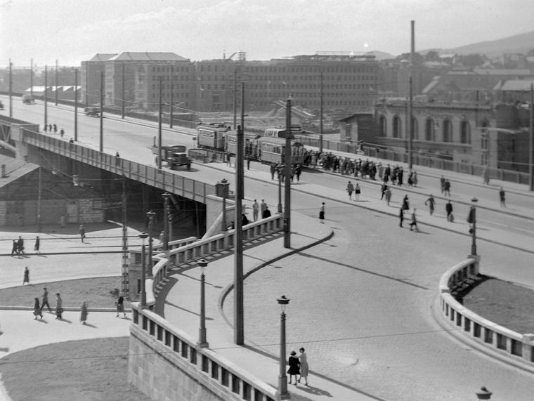 Petőfi híd pesti hídfője, mellette az Elevátor-ház romjai, 1955