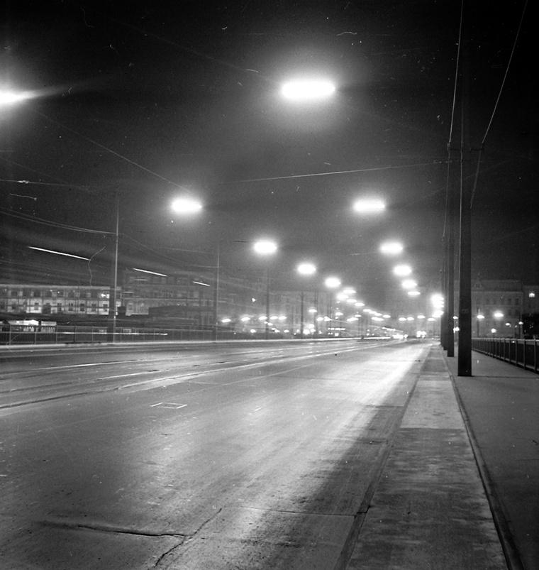 A Petőfi híd pesti hídfője a bringaúttal, 1969
