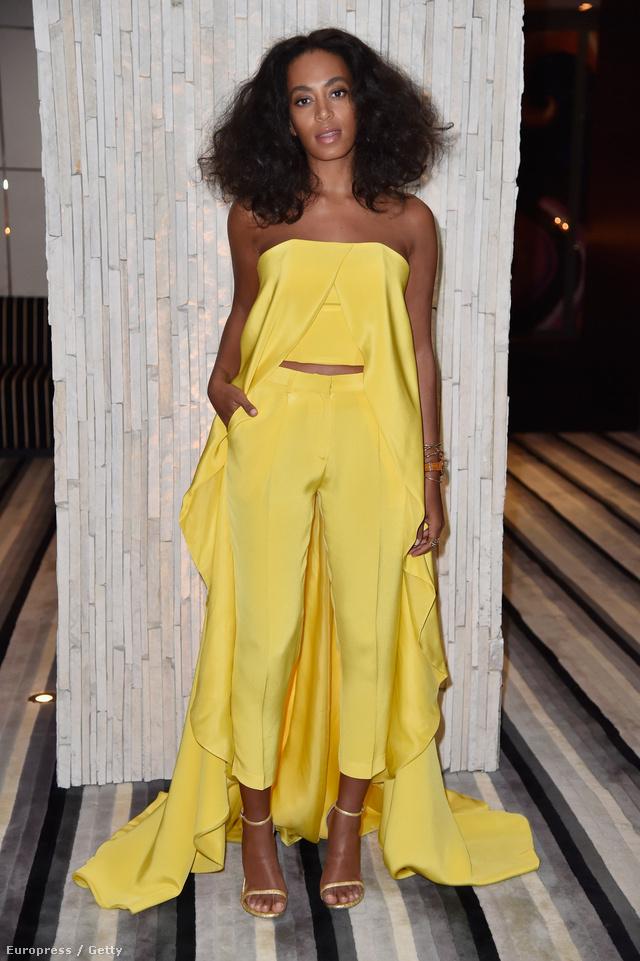 A kissé háttérbe szorult Knowles egyik legemlékezetesebb szettje kétségkívül az a napsárga Christiano Siriano nadrágos-pánt nélküli köpenyes összeállítás volt, melyben az Art Basel Miami Beachen jelent meg 2014-ben.