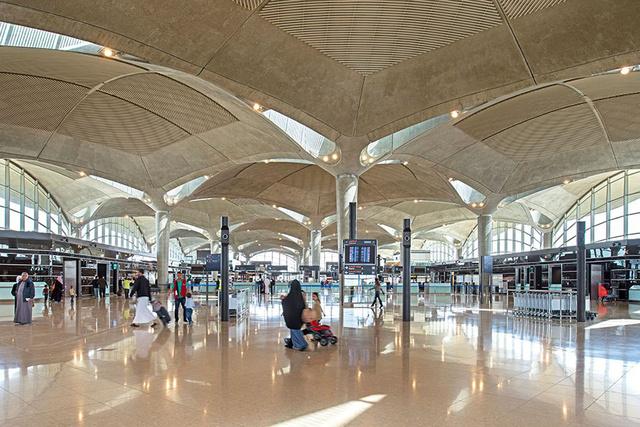 A Queen Alia International Airport mozaikkal kirakott bevilágítói pedig a tűző sivatagi nap ellen védik meg az átutazókat.
